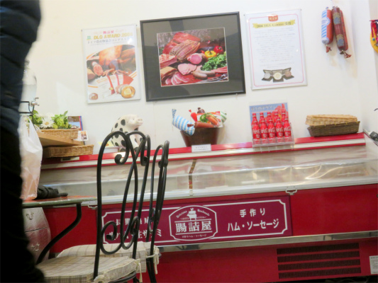 カフェドマイセン腸詰屋のハム、ソーセイジを店内で販売