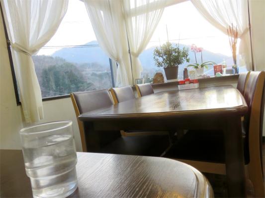 お食事あまの店内に入ると明るく落ち着いた雰囲気の食堂