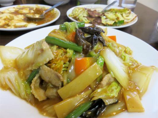 お食事あまの麻婆豆腐、豚肉とキャベツの味噌炒め、五目そば(かた焼きそば)