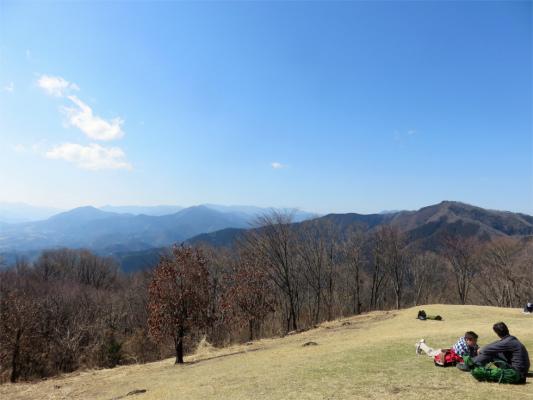 陣馬山から生藤山(標高990.3m)