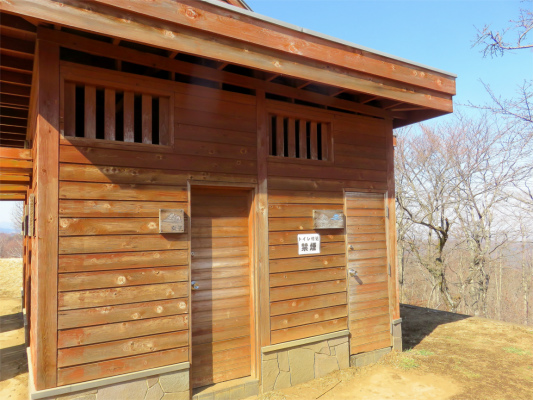 陣馬山の山頂付近にある公衆トイレ