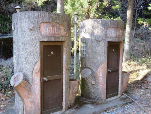奈良子尾根の登山口付近トイレ