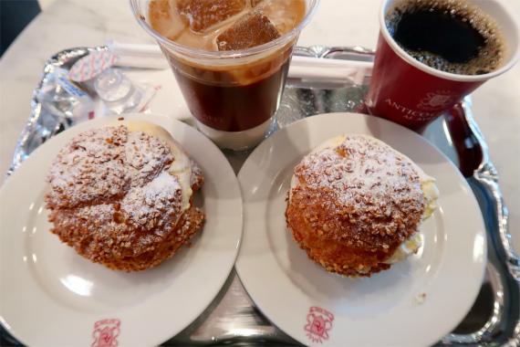 イートインコーナーのシュークリームとアイスカフェラテとホットコーヒー