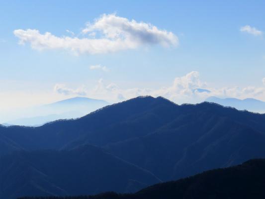西丹沢の鉄砲木ノ頭方面道志山塊から見る丹沢山塊