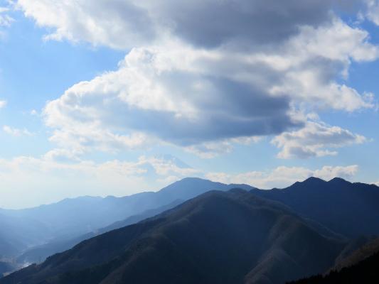 今倉岳(写真右中央)のシルエット双耳峰