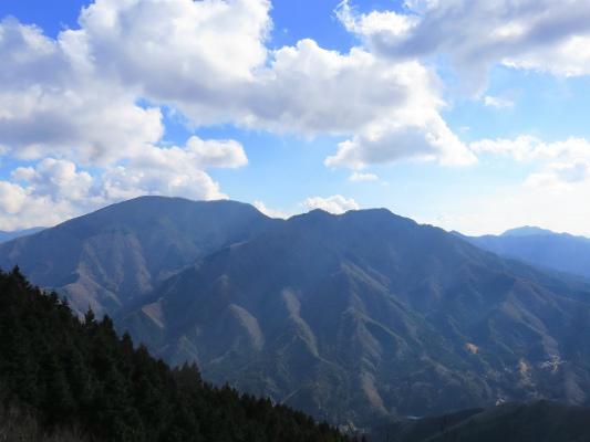 ウガバ岩から見る加入道山方面の景色