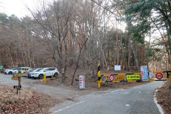 石丸峠分岐にある無料駐車場