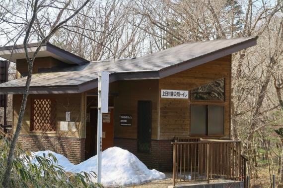 上日川峠にある公衆トイレ