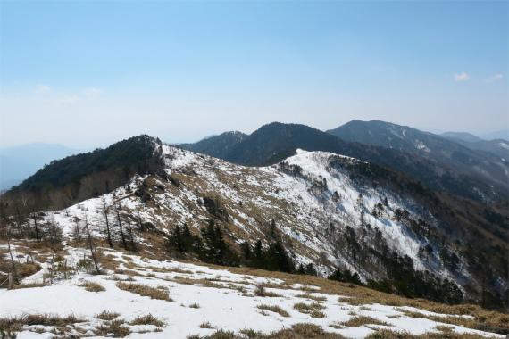 大菩薩嶺周辺の残雪期の景色