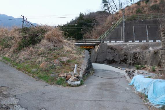 鎖でロックされている方向(真っ直ぐ)に滝子山登山口