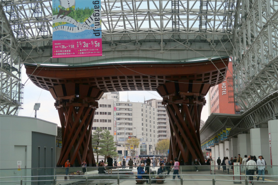 JR金沢駅にそびえる鼓門