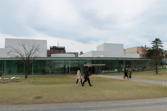 石浦神社の目の前に金沢21世紀美術館