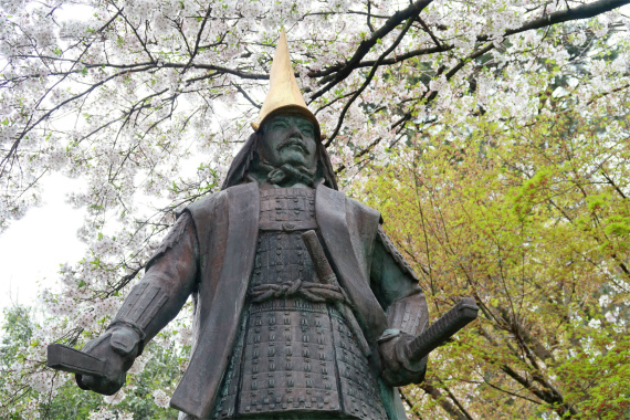 前田利家像と桜並木