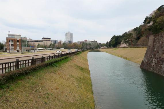 百万石通りの脇金沢城の石垣とお濠