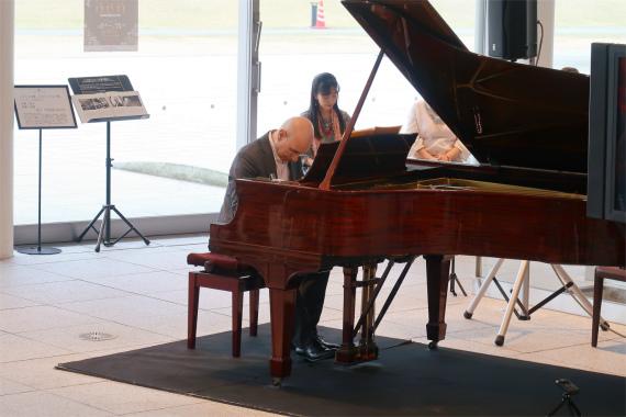 ピアノの演奏会と桜の景色