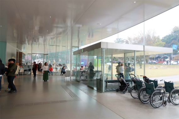 21世紀美術館のロビー