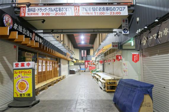 夜19時頃の近江町市場の様子