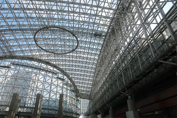 金沢駅は素敵なデザインした建物