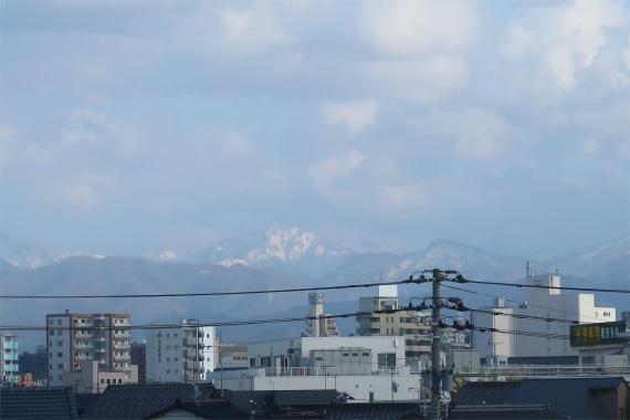 新幹線かがやきの車内から白山の景色