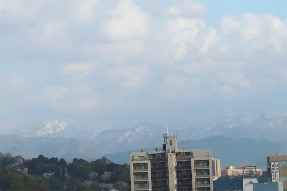 白山と山々の車窓の景色