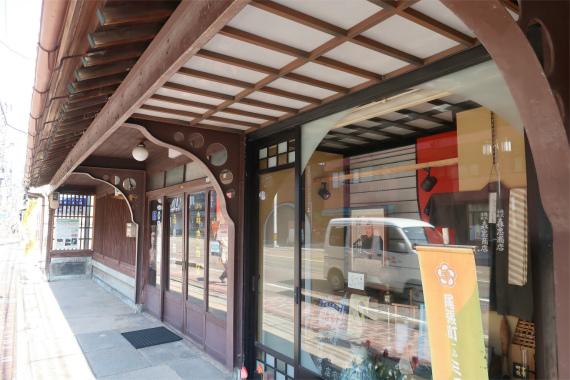 金沢の伝統工芸品などが売られている
