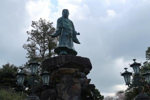 日本武尊像は、5.5mの高さ
