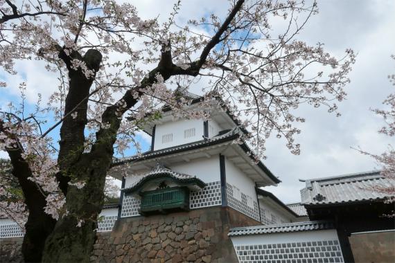 石垣と城壁金沢城の天守閣に見えてしまいます
