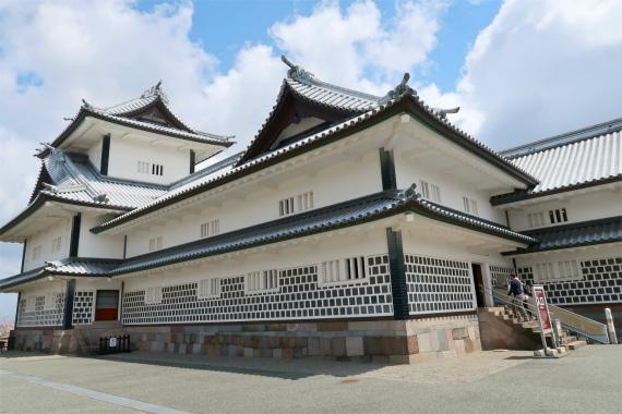 五十間長屋を金沢城の天守閣見える