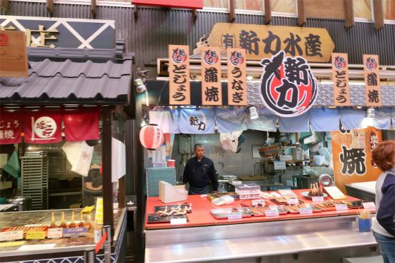 市場らしい賑やかな海鮮のお店
