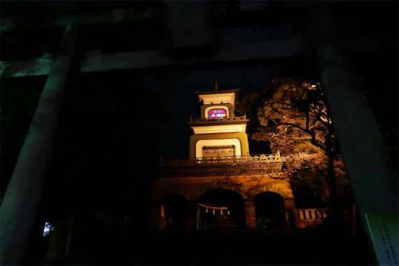 鳥居からみる尾山神社のスタンドグラス
