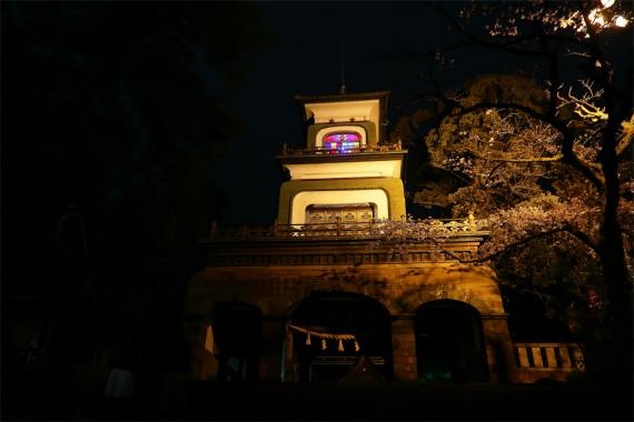 尾山神社のステンドグラスのライトアップ様子