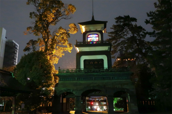 尾山神社から振り返るとスタンドグラス景色