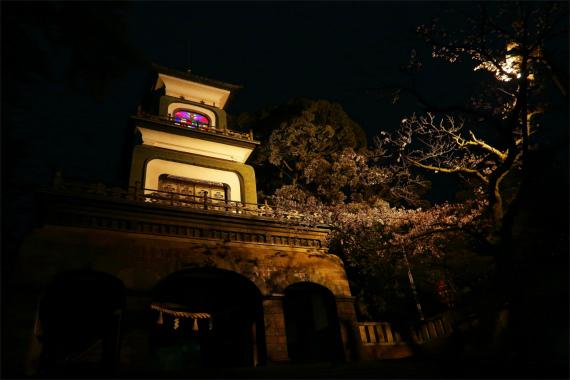 神社とは思えない尾山神社の建物