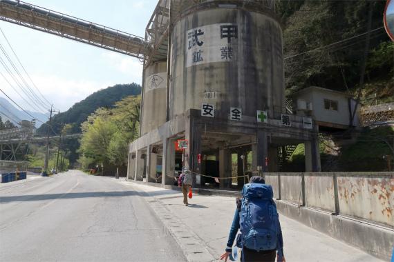 武甲山登山口まで長い舗装路