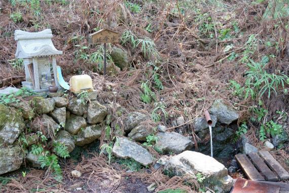 武甲山登山口を目指していくと、左手に延命水(水場)