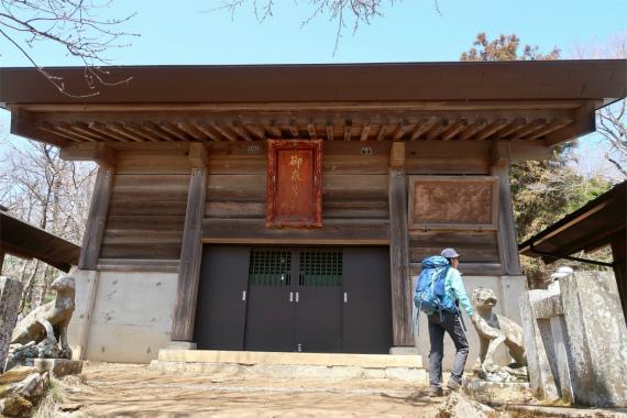 武甲山山頂直下にある武甲神社