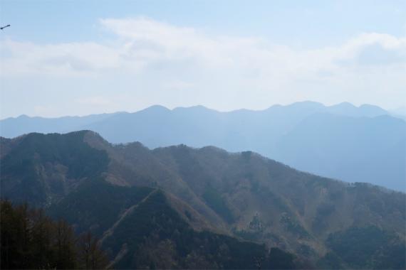 武甲山の山頂から浦山口へ下っていくと奥多摩の景色
