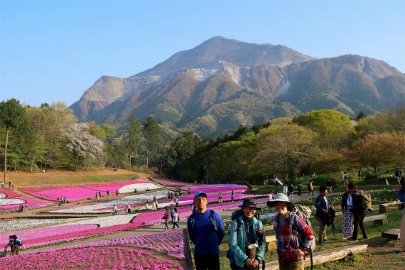 武甲山と羊山公園の芝桜をバックに皆様と記念撮影