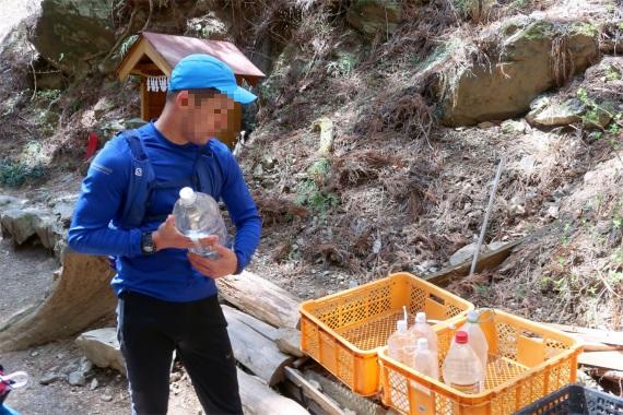 十八丁目水場に歩荷訓練用の水の入ったボトル
