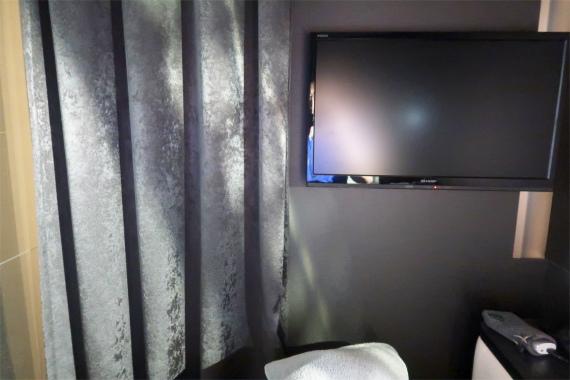 祭の湯プレミアムラウンジの設備20インチ程度のTVとライト