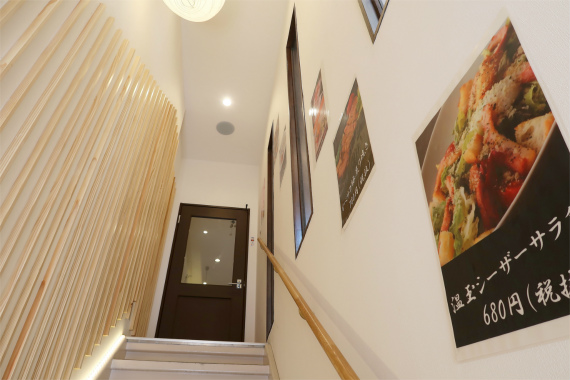 階段もお洒落な内装