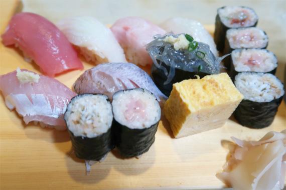 お寿司のネタメジマグロ、スルメイカ、むつ、ひらめ、アジ、しめ小むつ、生しらすになりまして、巻物の方は、酒盗、軟骨塩辛、麹塩辛、しらす巻