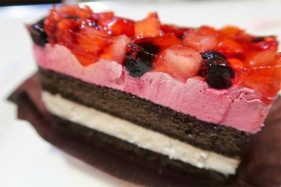 ミルフィールのように層になっていて、複雑な甘さと酸っぱさのケーキ