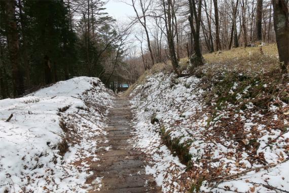 笠取小屋周辺残雪と凍結