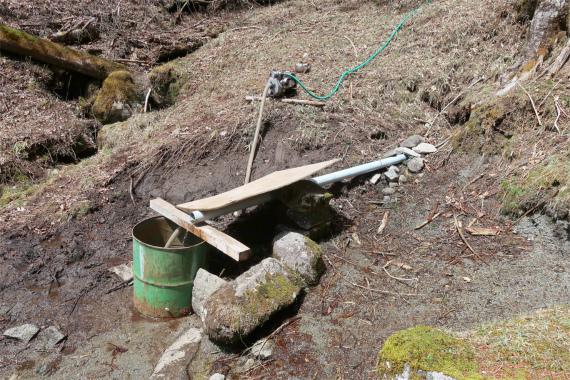 笠取小屋の水場からポンプ