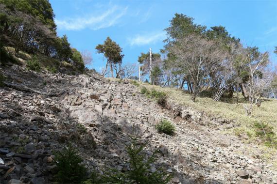 西御殿岩への分岐崩壊地