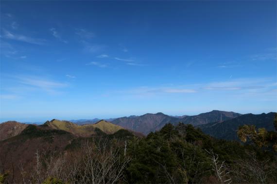 遠くに雲取山