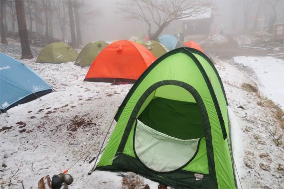 雪が降りだし笠取小屋周辺は真っ白