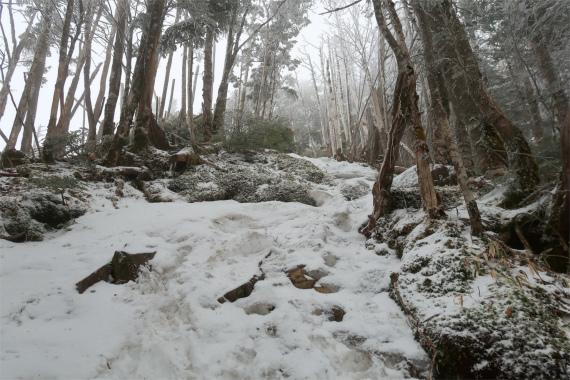 破風山へのルート上も雪が多く