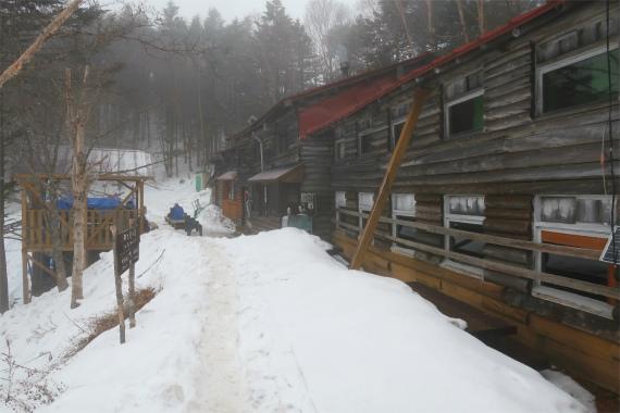 甲武信小屋と雪山ルートの様子